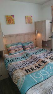Boswei slaapkamer 1 met steigerhouten bed | Duinweg33 Vakantieverhuur